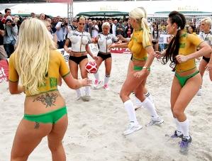 Futebol na praia: alegria do povo