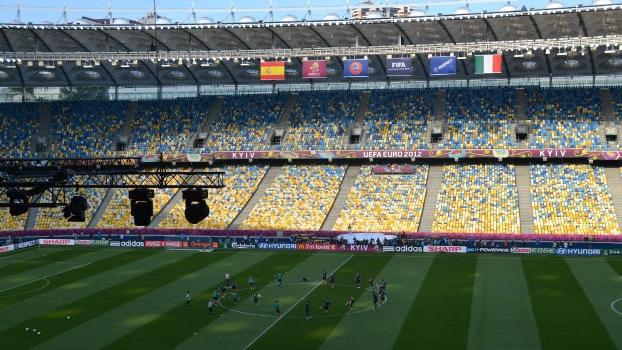 Conhece este estádio? Maracanã? Não, este fica em Kiev...